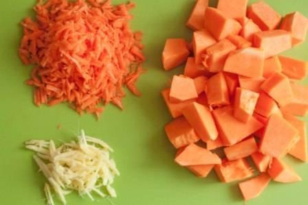 Тыкву очистите и порежьте кубиками, морковь соломкой, тонко порежьте имбирь.