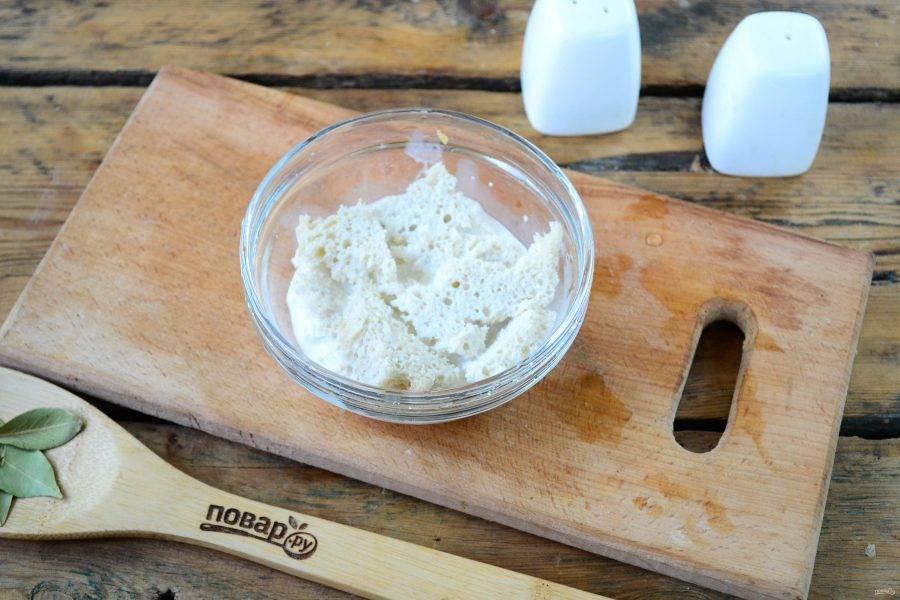 Хлеб разломите на небольшие куски и замочите в молоке.