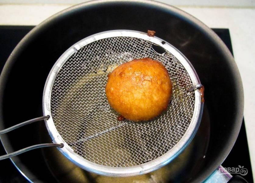 5. Избавьте пончики от лишнего масла и промокните бумажным полотенцем.