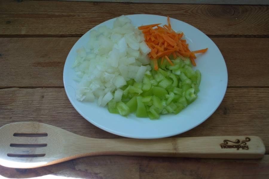 Болгарский перец и лук нужно нарезать, а морковь — натереть на терке.