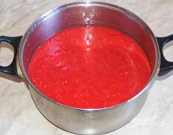 Мягкие спелые помидорки измельчаем, либо блендером, либо пропустим через соковыжималку или мясорубку. Можно затем перетереть через сито, чтобы избавиться от частичек кожуры. Добавляем в получившуюся массу сахар и соль и доводим до кипения. Кипятим пару минут. Можно добавить сухой базилик.