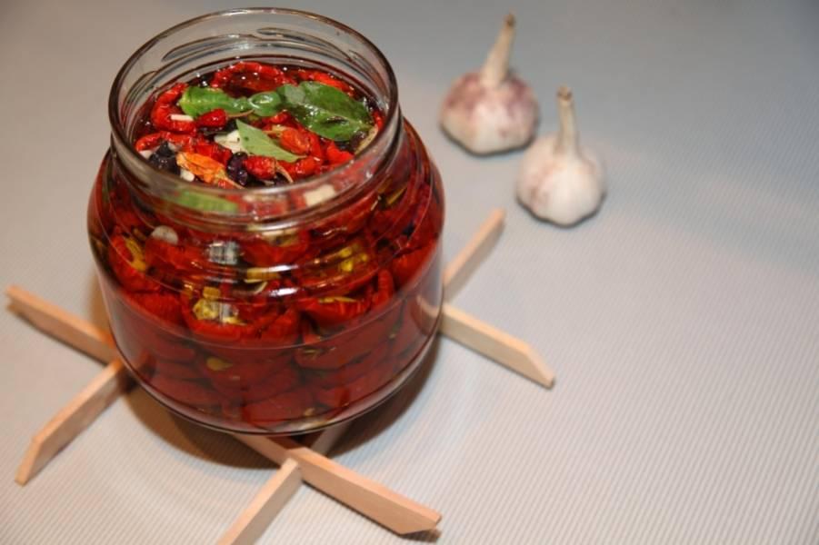 Пустоты в банке заливайте маслом оливковым. Сверху можете добавить парочку острых перцев для большей пикантности. Если планируете не сразу съесть все помидоры, залейте их еще уксусом для сохранности.  Приятного аппетита!