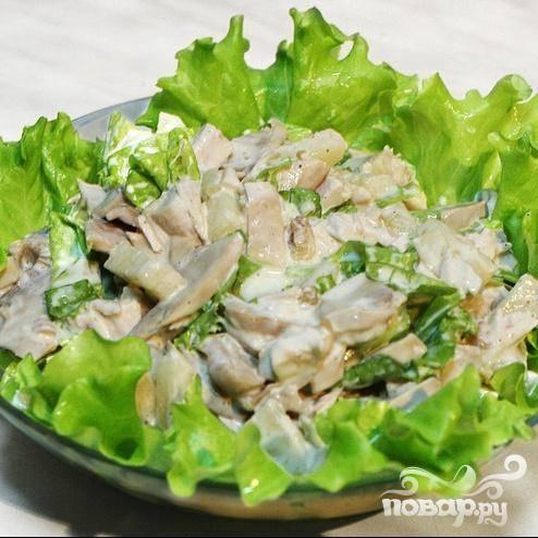 5.На блюдо выкладываем листья салата, сверху кладем перемешанные курицу, сельдерей, кукурузу и огурец. Перед подачей поливаем заправкой.