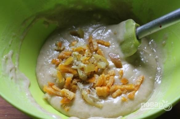 Добавьте молоко и хорошо перемешайте тесто, добавьте к нему измельченные цукаты.
