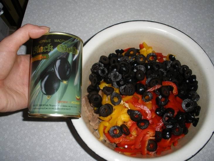 Маслины и перец кидаем в одну миску.