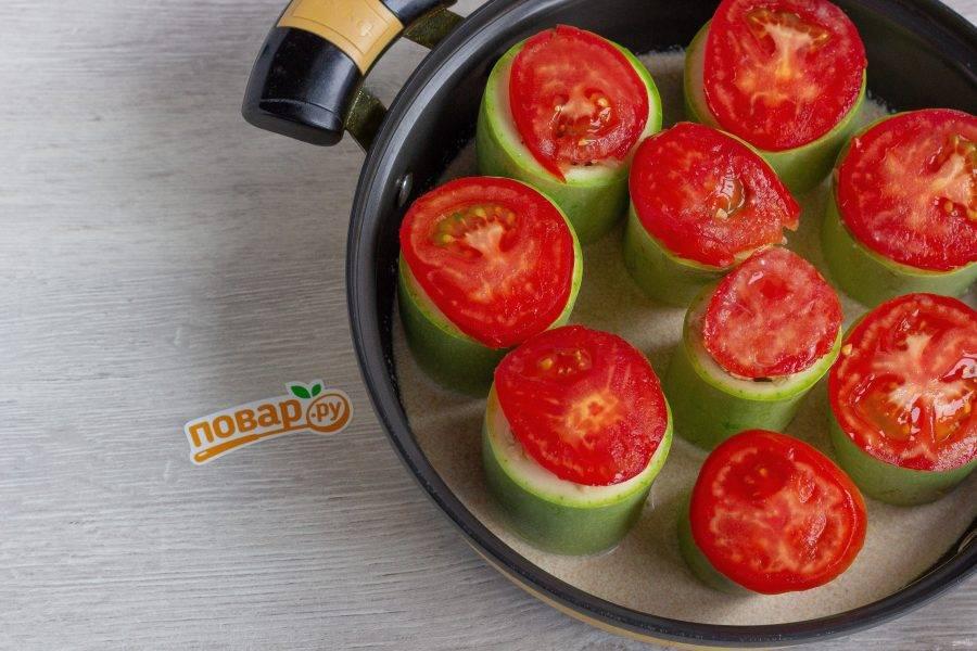 Уберите готовые кабачки в сотейник. В емкости смешайте 1-1,5 стакана воды с 2 ст. ложками томатной пасты. Посолите по вкусу и влейте в сотейник. Соуса должно быть не больше половины сотейника. Доведите до кипения и готовьте на медленном огне под крышкой 35-40 минут.
