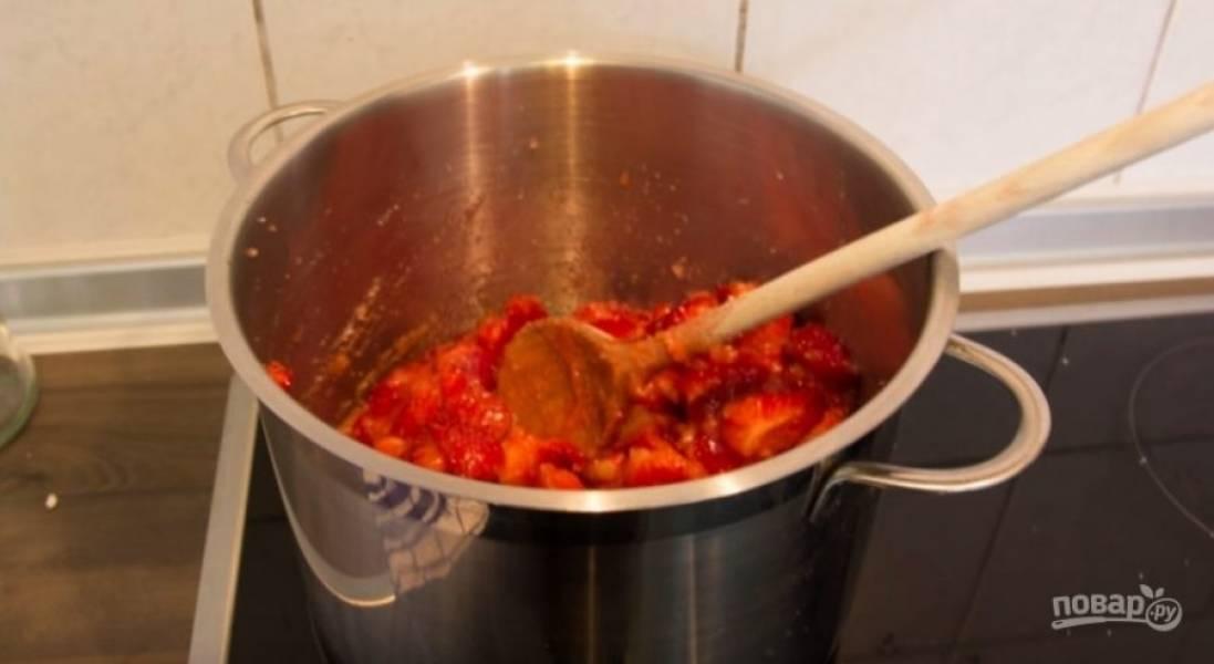 Добавьте в клубнику желирующий сахар и варите, постоянно помешивая. Доведите до кипения, продолжайте помешивать еще 3-4 минуты — и можете разливать по баночкам.