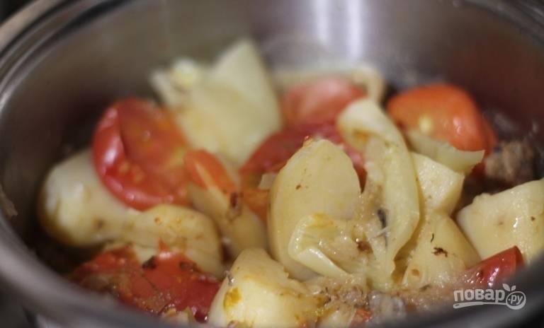 Добавьте в блюдо любые специи по своему усмотрению. Тщательно все перемешайте и поставьте блюдо в разогретую до ста восьмидесяти градусов на сорок минут.