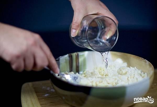 5. Небольшими порциями вливайте воду, перемешивая.