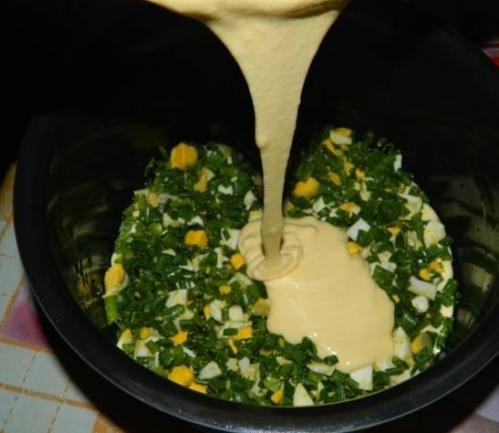 2. Отварные яйца измельчим, смешаем с порезанным зеленым луком. Соль - по вкусу. Выкладываем начинку на дно мультиварки, сверху заливаем тесто.