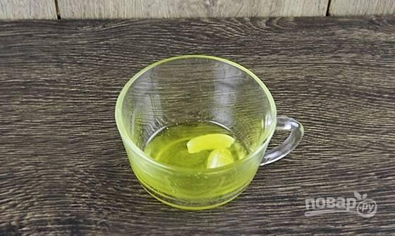 Сначала сделайте ароматное масло для крутонов.  Выложите крупно нарезанный чеснок, влив масло. Поставьте разогреваться масло на 30 секунд в микроволновку.