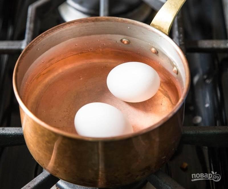 2. Готовлю куриные яйца: варю после закипания воды 6-7 минут, после помещаю в холодную воду, очищаю и каждое разрезаю на 4 части.