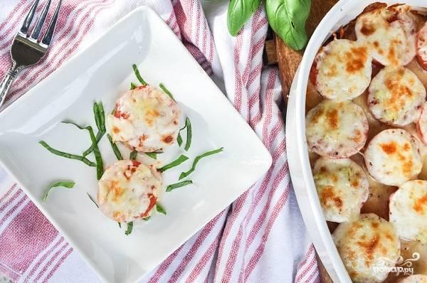 6. Вот, как сделать помидоры с чесноком и сыром быстро и вкусно. Перед подачей можно дополнить закуску свежей зеленью. Приятного аппетита!