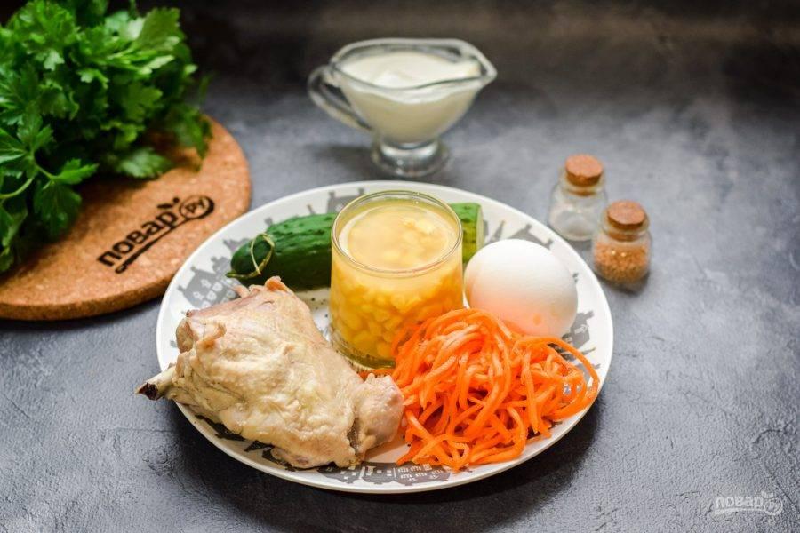 Подготовьте все ингредиенты. Можно использовать любую часть курицы, у меня бедро. Отварите курицу накануне в течение 30 минут и остудите в бульоне. Куриное яйцо отварите в течение 10 минут.