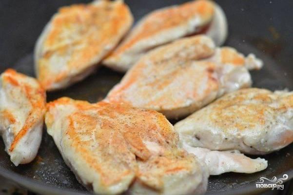 Обжарьте мясо на сковороде до появления аппетитной румяной корочки.