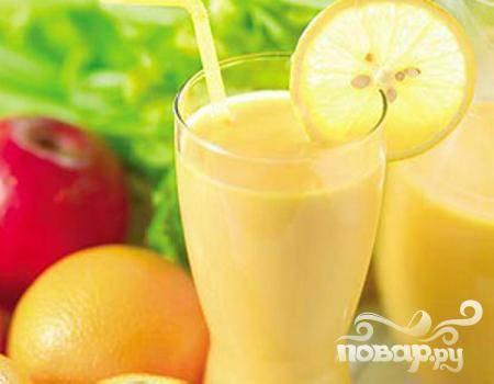 4.Готовый витаминный напиток без промедлений разлейте по стаканам, украсьте долькой лимона и угостите своих домашних. Не сомневайтесь – они с удовольствием выпьют его, получив при этом не только позитивные эмоции, но и массу витаминов.