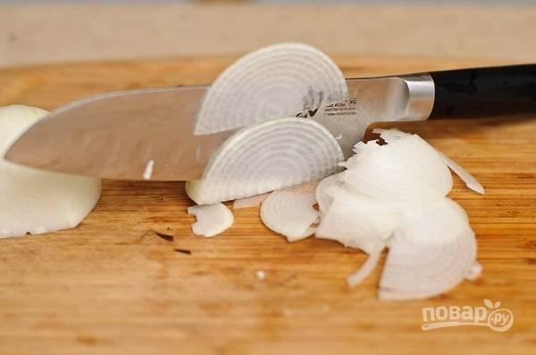 2. Тонкими полукольцами нарежьте луковицу.