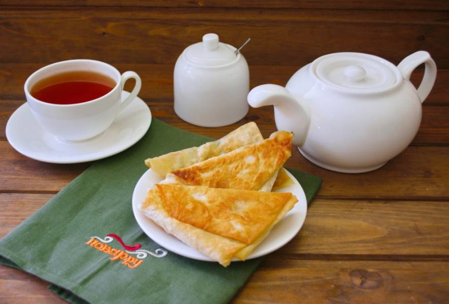 Подайте к столу. Классическое сочетание сладкого и соленого. Предлагаю подать со сладким чаем.