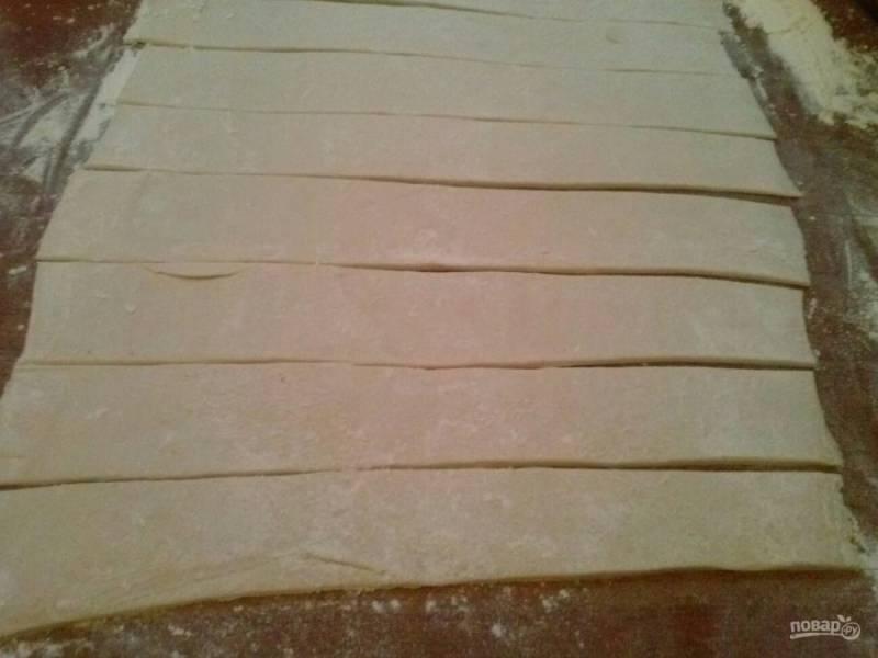 """2. Раскатываем пласт теста толщиной не более 0,3-0,5 мм. Лично мне понравилось больше, когда трубочки более толстые, так вкуснее в сочетании с белковым кремом. Слишком тонкое тесто получается хрустящим и """"царапающимся"""". Нарезаем полоски вдоль шириной 3-4 сантиметра."""