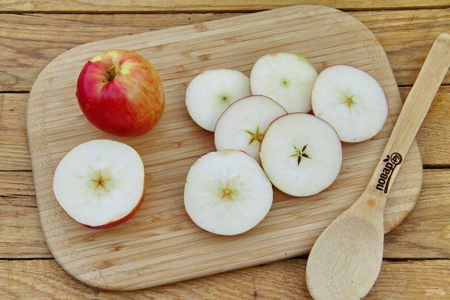 Яблоки тщательно вымойте и нарежьте кружочками, толщиной 5-7 мм. Серединку я не удаляю, шкурку тоже оставляю, но это по желанию на ваш выбор.
