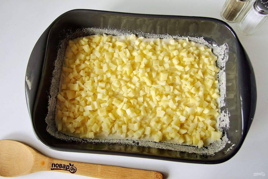 Форму для выпечки смажьте маслом. Дно и бока обсыпьте мукой или манкой. Вылейте примерно половину порции теста. Сверху равномерно положите нарезанный мелкими кубиками картофель. Чем мельче получится нарезать, тем лучше. Хорошо посолите по вкусу. Можно по желанию добавить любимые специи или свежую зелень.