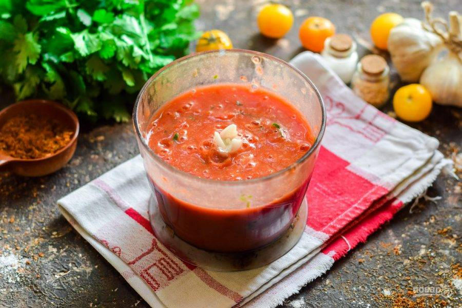 Измельчите в мясорубке или в чаше блендера помидоры, перцы, петрушку.