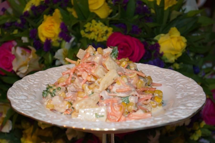 Добавляем нарезанную корейскую морковку. Салат заправляем майонезом. Перемешиваем. Выкладываем на тарелку и подаем к столу.
