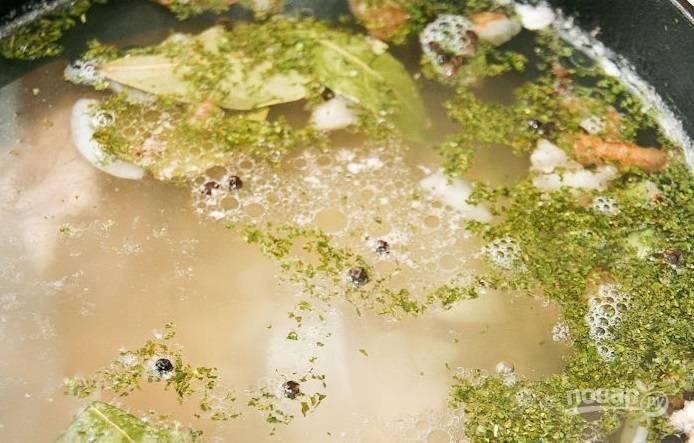 После закипания воды с мясом, добавьте в суп заправку. Варите бульон 1,5 часа на медленном огне.