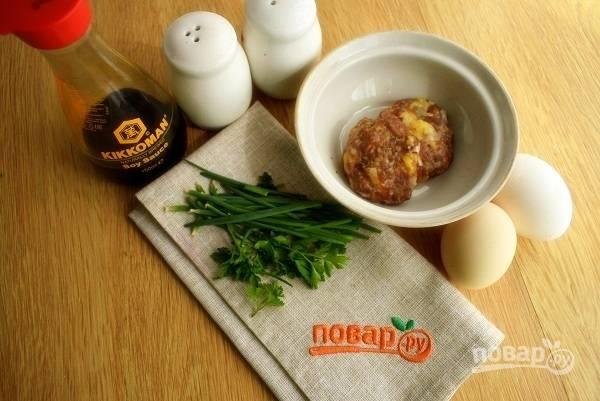 Подготовьте необходимые продукты. Разогрейте масло на сковороде.