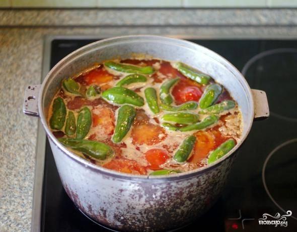 Добавить помидоры и перец, специи, соль. Варить на медленном огне полтора часа.