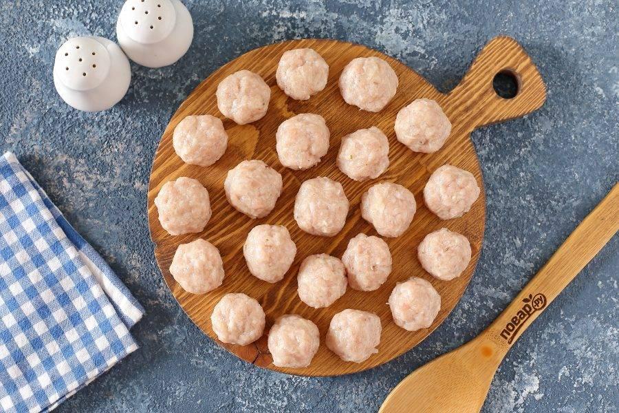 Сформируйте из фарша небольшие фрикадельки, размером, примерно, с грецкий орех.