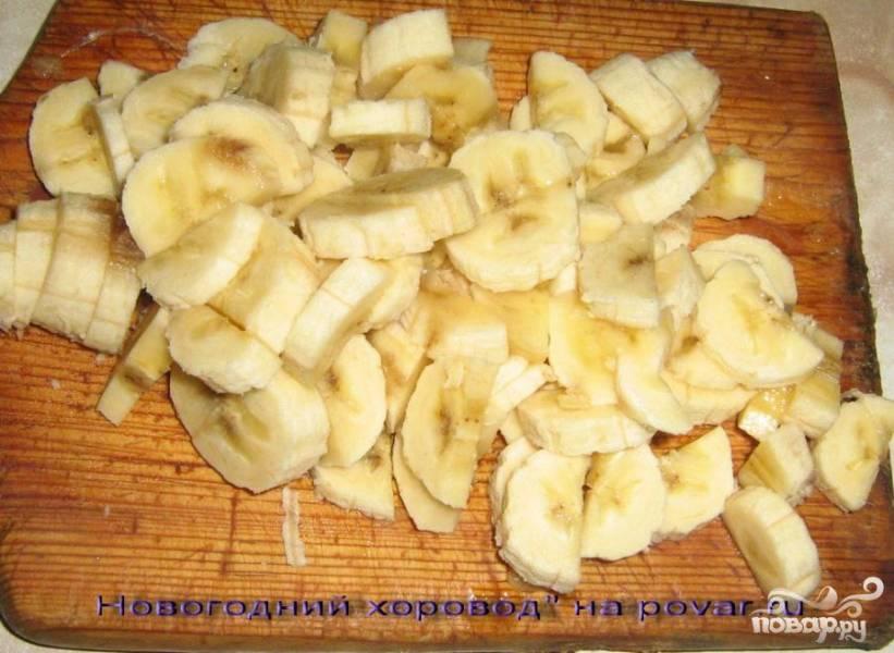 Мелко нарезать бананы, персики, яблоки