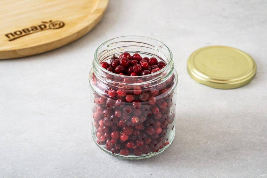 Целые ягоды разложите  в чистые банки.