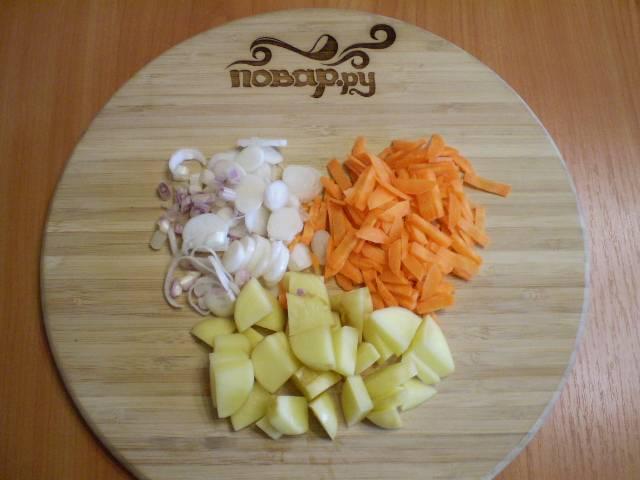 5. Режем мелко лук, морковь и картофель.