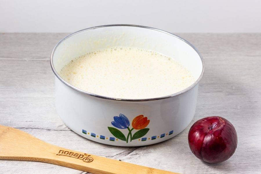 Яйца взбейте миксером с сахаром до пышной белой массы.