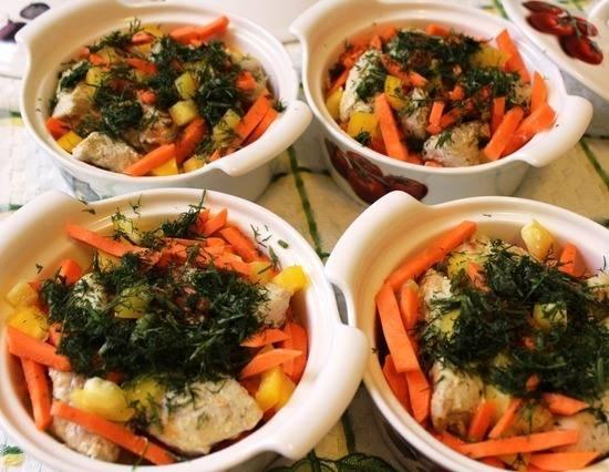 3. Овощи в горшочках поливаем остатками маринада, немного солим и перчим. Наверх выкладываем обжаренную индейку и зелень. Вливаем небольшое количество воды или бульона на дно, закроем крышками и отправим в разогретую духовку на 20-25 минут.