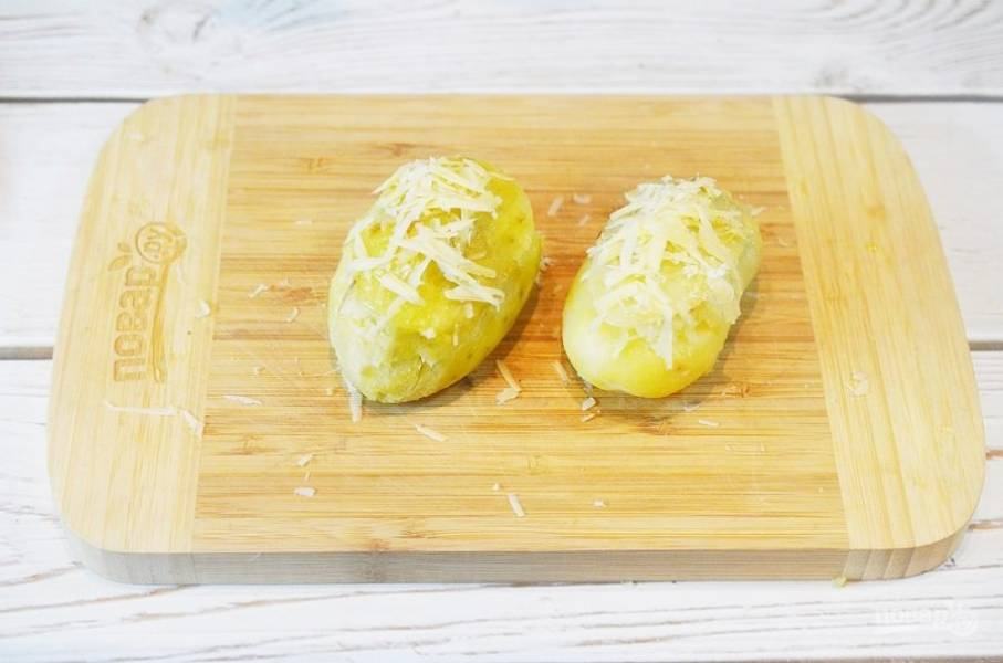 """7. Накройте """"крышечками"""", смажьте белком и посыпьте оставшимся сыром, смешанным с сухарями."""