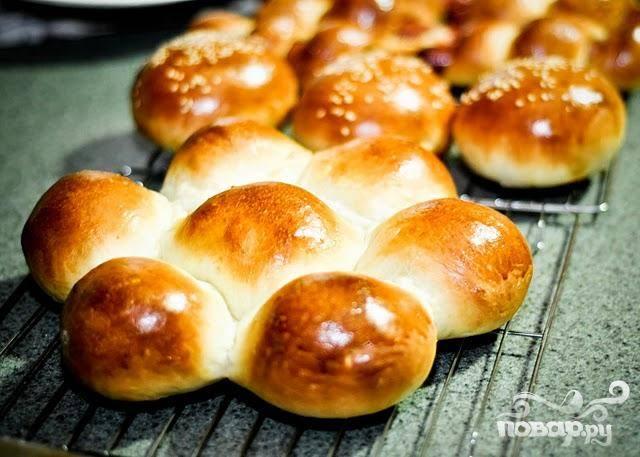 7. Если вы делаете хлеб, разогреть духовку до 175 градусов. Выпекать хлеб 35-45 минут. Дать остыть перед нарезкой. Если вы делаете булочки или сосиски в тесте, разогреть духовку до 200 градусов. Выпекать в течение 15-18 минут. Дать остыть перед подачей на стол.