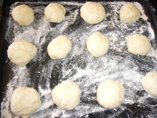 Тесто делим на небольшие шарики, раскатываем, в центр выкладываем начинку.