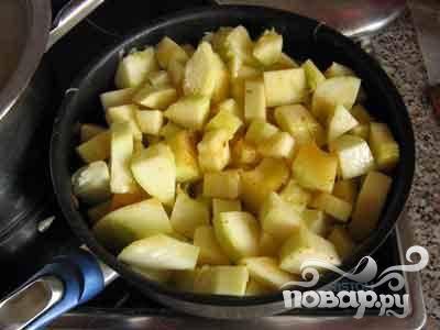 Нарезать кабачок небольшими кубиками. Тушить в сковороде примерно 15 минут.
