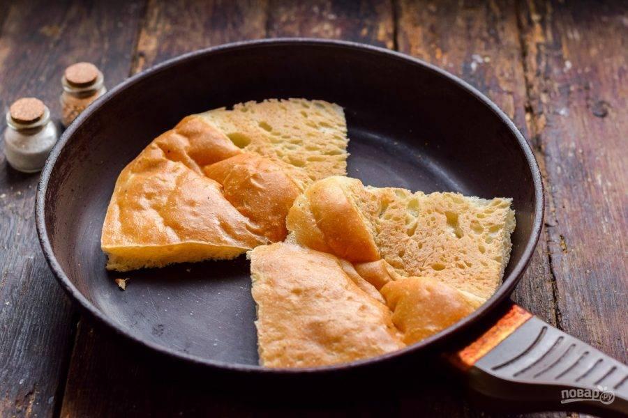 Чиабатту разрежьте пополам и подсушите на сухой сковороде.