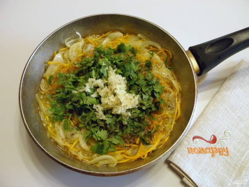 К остывшим овощам добавьте порезанную петрушку и пропущенный через пресс чеснок. Перемешайте. Начинка для фарширования готова.