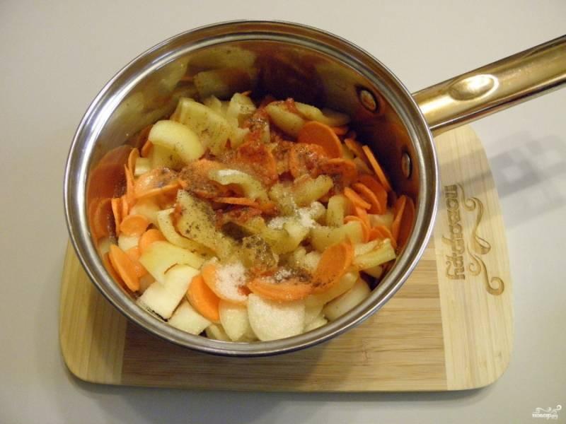 В горячий томат добавьте овощи, соль, сахар, перец черный по желанию, уксус и масло. Доведите смесь до кипения, варите на медленном огне под крышкой 20 минут.