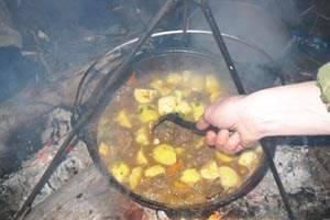 Через 5 минут добавляем содержимое тарелки с чесноком, яблоками и зеленью. Перемешиваем и варим до полной готовности картофеля, примерно 20 минут. Соль по вкусу.
