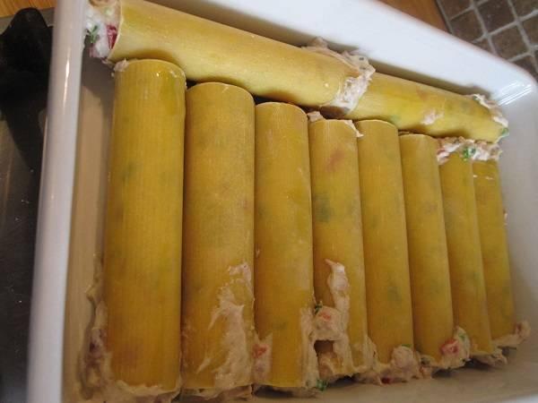 8. Начинкой нафаршировать каннеллони и выложить в жаропрочную форму, смазанную сливочным маслом.