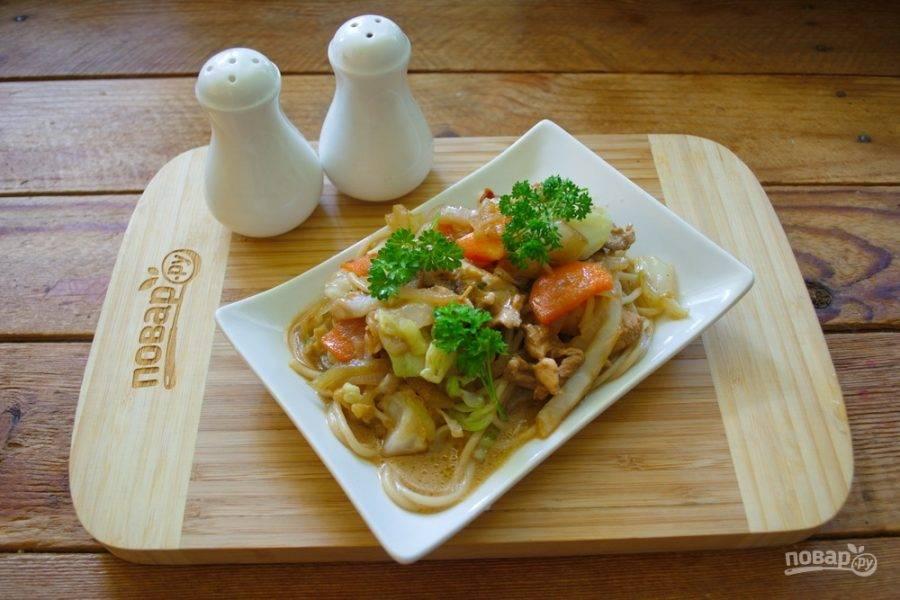 Полученное блюдо выложите на порционные тарелки и подайте к столу. Я использую японские мисочки для суши. Лучше всего подавать блюдо на плоской посуде.