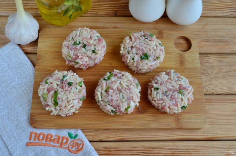 Разделите фарш на части, руками сформируйте круглые оладушки. Они хорошо держат форму, яиц добавлять не нужно!