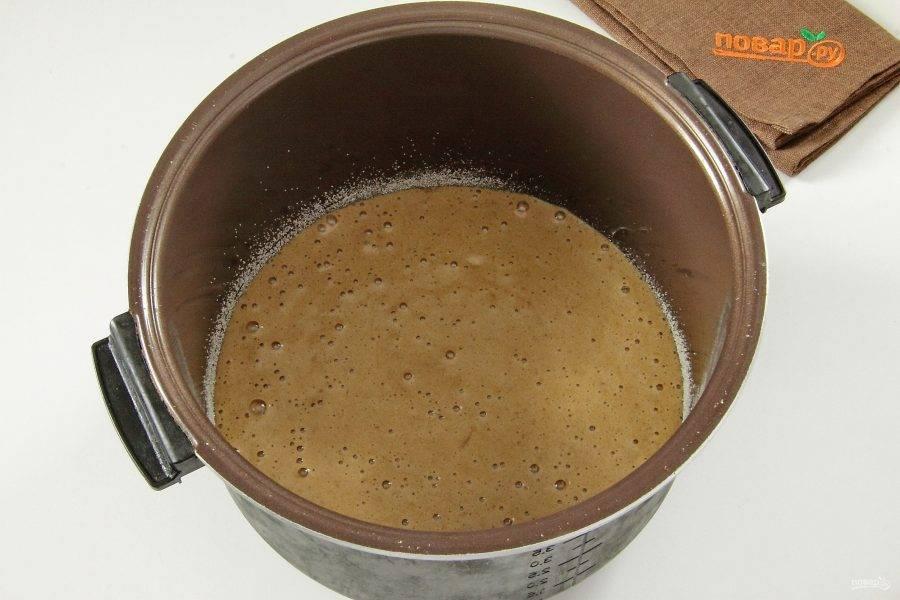 Чашу мультиварки смажьте маслом и посыпьте мукой или манкой. Вылейте тесто.