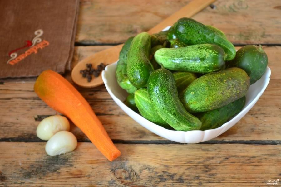 Заранее подготовьте все ингредиенты. Лучок и морковку очистите, огурчики хорошенько промойте, удалите хвостики.