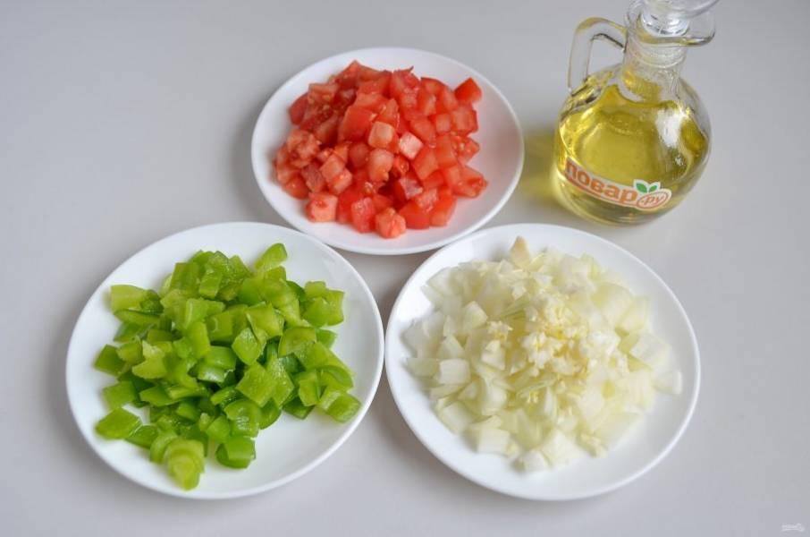 2. Помидор ошпарьте кипятком, снимите кожуру. Все овощи порежьте кубиками.